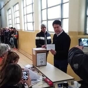 Carlos votando